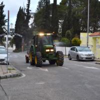 El Ayuntamiento desinfecta las calles, con la colaboración de agricultores, en un nuevo dispositivo anti Covid