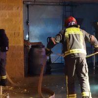 Un hombre es trasladado al Hospital por inhalación de humo tras declararse un fuego en su vivienda