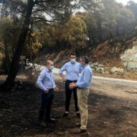 Técnicos de Medio Ambiente y Carreteras de Diputación valoran los daños causados por el incendio para proceder a su reparación