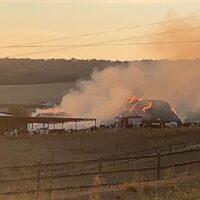 Bomberos, Infoca y policías trabajan para extinguir un incendio en una explotación ganadera de Ronda