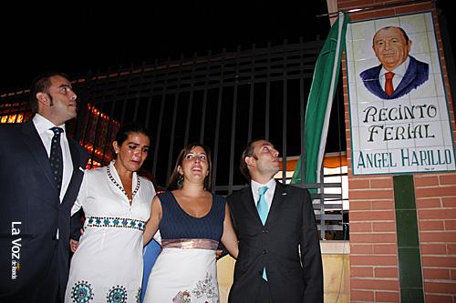 Emocionados y con orgullo, los hijos de Angel Harillo descubrieron la placa que da nombre al recinto ferial.