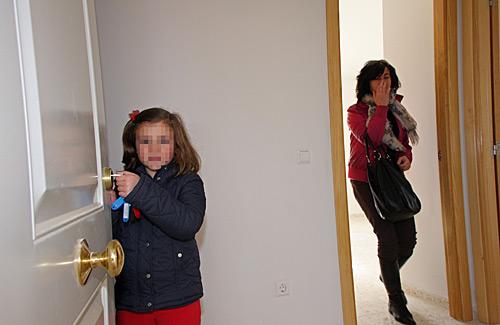 Una madre y su hija, a su llegada a su nueva vivienda.