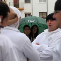 Una pareja espera bajo el paraguas la decisión sobre la salida.
