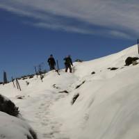 Dos sendiristas toma en camino hacia el pico Torrecilla.