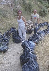 Voluntarios durante las labores de limpieza.