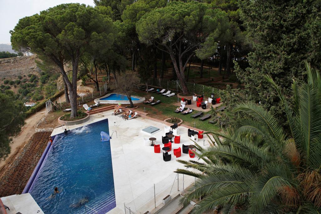 La piscina junto a las cornisas del Tajo, uno de los grandes atractivos.