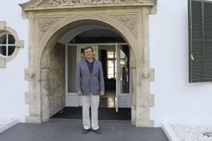 El director en la puerta del emblemático establecimiento rondeño.