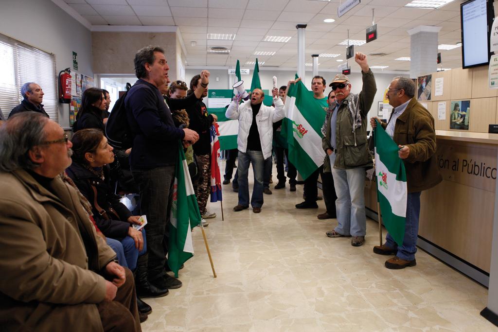 Los manifestantes lanzaron consignas ante la incrédula mirada de los usuarios.