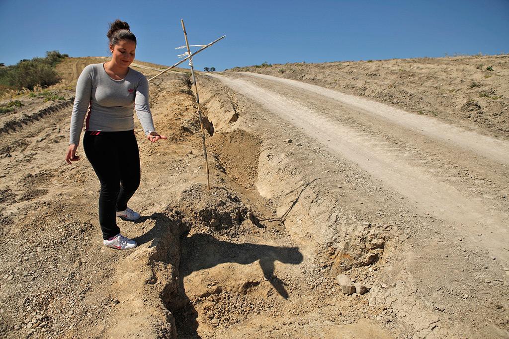 Almudena Moreno, alcaldesa pedánea de Los Villalones, muestra algunos de los restos que todavía están en la zona.