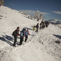 Un grupo de senderistas recorre parajes de la Sierra de las Nieves.