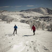 Dos senderistas pasean por las montañas de la Sierra de las Nieves.