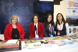 La alcaldesa y la delegada de Turismo junto a las técnicos rondeñas.