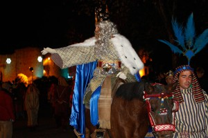 El Rey Melchor saluda a los rondeños a su llegada a la ciudad.