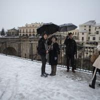 Turistas junto al Puente Nuevo durante la nevada de la pasada semana.