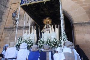 Salida a manos de sus costaleras de la Virgen de Loreto.