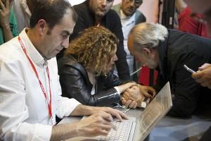 Miembros del PSOE en su sede durante el escrutinio.