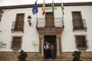 El alcalde electo, Francisco López Arana, a las puertas del Consistorio de Serrato.