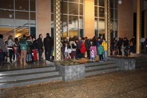 Numerosas familias esperaron fuera a la segunda sesión