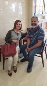 Mel Gibson junto a la empresaria rondeña, Natividad García.