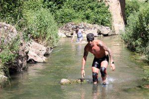 Deportistas atravesando el río Guadalevín.