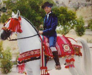 Imagen de un caballo vestido con todos los tradicionales y vistosos aparejos.