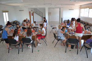 Vecinos del pueblo participando en este singular taller.