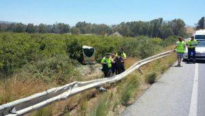 El chófer sacó el autobús de la calzada para evitar una tragedia mayor.