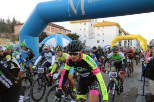 Los ciclistas en la salida.
