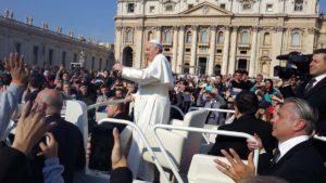 Momento en el que el Papa bendice a los alumnos rondemos.