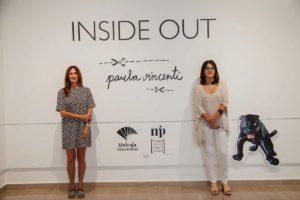 La autora Paula Vicente, junto a Emilia Garrido en la exposición.