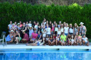 Un grupo de participantes en una actividad celebrada en la piscina.