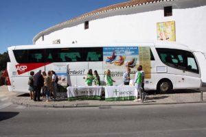 Se ha situado un autobús promocional junto a la plaza de toros.