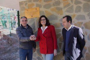 Bendodo, García y Ruiz Espejo junto a la placa conmemorativa.