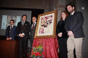 La alcaldesa, junto a responsables de las hermandades y el autor.