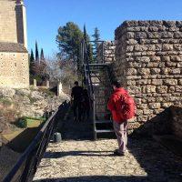 U¨nos turistas paseando por Las Murallas de Ronda.