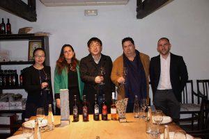 Cata de vino en Bodegas El Juncal.