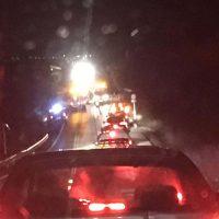 El accidente causó tres heridos y retenciones de tráfico en esta vía.