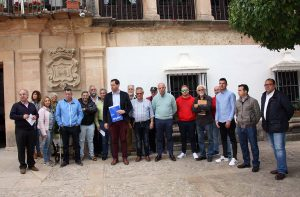 Algunos representantes de los colectivos que han suscrito el pacto por la movilidad.