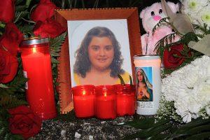 Un retrato de Maria Esther acompañado con velas fue colocado en la caseta en la que fue asesinada.