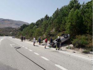 Un tercer vehículo ha volcado en la cuneta tras el accidente.