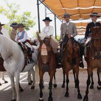 Familia de jinetes y amazonas en el Recinto Ferial.