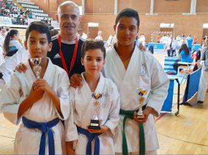 Los tres medallistas junto a su entrenador.