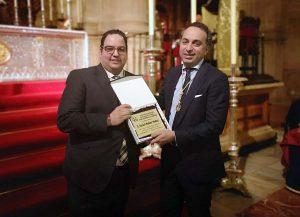Rafael Muñoz ha recibido una placa en agradecimiento a su labor al frente de la hermandad.
