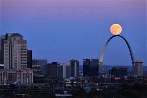 La luna se eleva sobre el Arco Gateway, en St Louis (Estados Unidos). David Carson (AP), El País 18-02-2019.