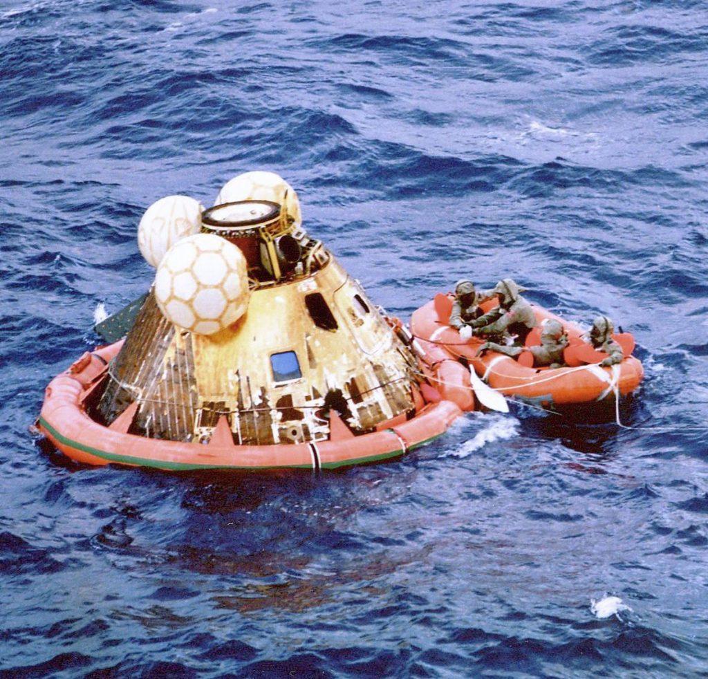 Amerizaje en el Pacífico de la cápsula de regreso del Apolo 11.