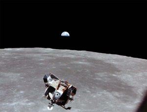 Módulo Lunar descendiendo. Al fondo la Tierra. (NASA).