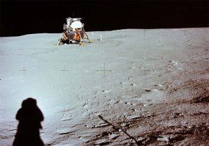 La sombra de Armstrong mientras fotografiaba al Módulo Lunar. (NASA).