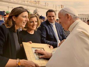 Maripaz Fernández y Maricarmen Martínez en la recepción con el Papa Francisco.