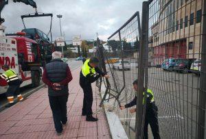 Daños en el vallado exterior de la Jefatura de Policía Local.