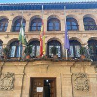 Las banderas del Ayuntamiento de Ronda ondean a media asta en memoria de las personas fallecidas por el coronavirus